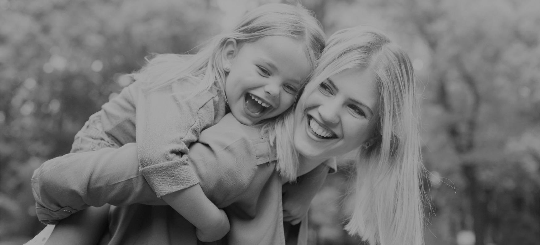 Mutter mit Kind freuen sich