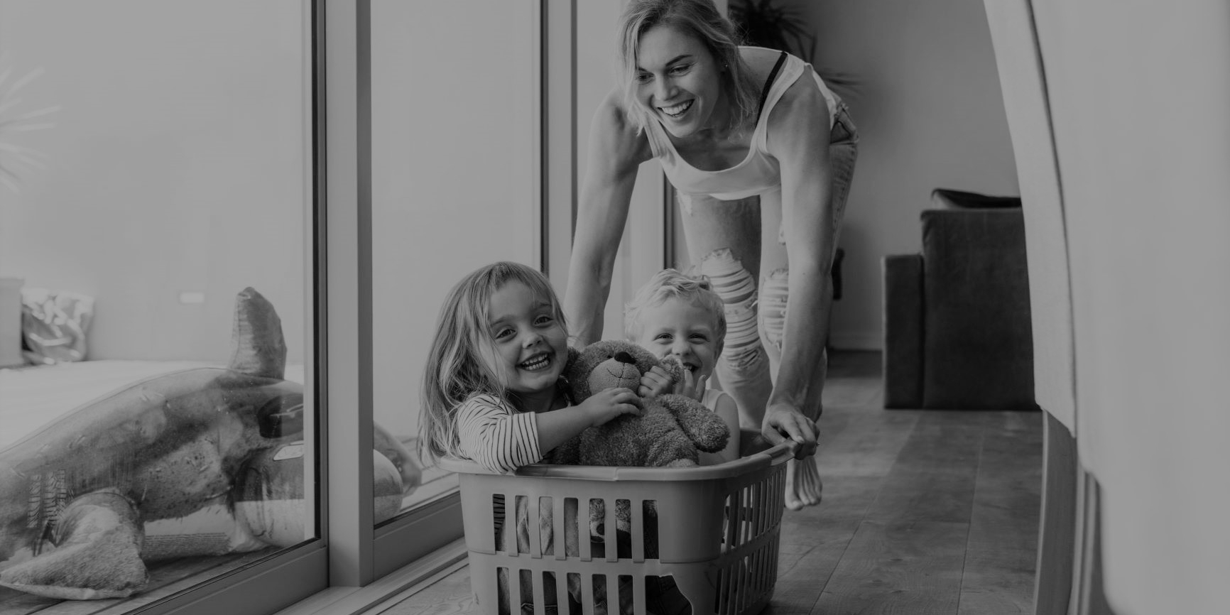 Mama spielt mit Kinder zu Hause